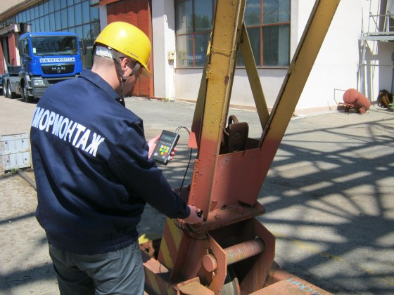 Measuring the thickness of the base metal on the gantry crane support